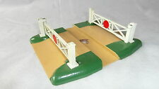 A HORNBY DUBLO LEVEL CROSSING. NICE BOXED CONDITION.......