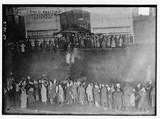 Photo of Crowd awaiting survivors from CARPATHIA