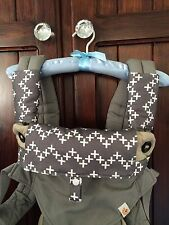 Ergo 360 drool, teething pads, grey with white crosses 4 Manduca, Lillebaby