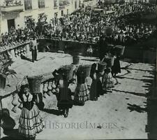 1963 Press Photo Spanish maidens carrying grapes in festival in Jerez, Spain