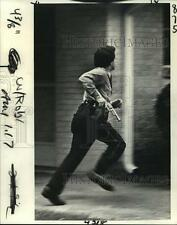 1981 Press Photo New Orleans Police - Officer Chases Robbery Suspect - noa15587