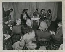 1945 Press Photo GIs at Chambre Syndicale de la Couture, Paris Fashion Show