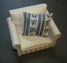 Sessel in weiß  mit  Kissen  Puppenstube  1:12