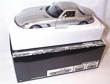 Mercedes Benz SLS AMG 2010 Gulwing in silver 1-18 scale New in box