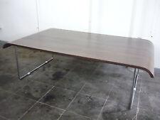 aparter loungetisch sofatisch gebogene tischplatte, design