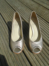 CLARKS HAND CRAFTED 'AGRA TOPAZ' GOLD PEEP TOE SHOES - SIZE 4.5