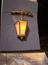 NOS Thomas Kinkade Avon Home For The Holidays Light Up Lantern Pin Brooch 2002