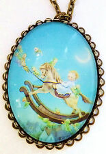 Kette mit Anhänger Baby auf Schaukelpferd Modeschmuck bronzefarben.Messing