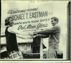 1970 Press Photo Family, Fiancee Welcome Home Michael Eastman from Vietanm